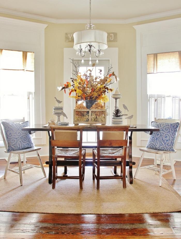 tapis-jonc-de-mer-aménagement-salle-de-séjour-idées-créatives-salle-à-manger-chaises-table