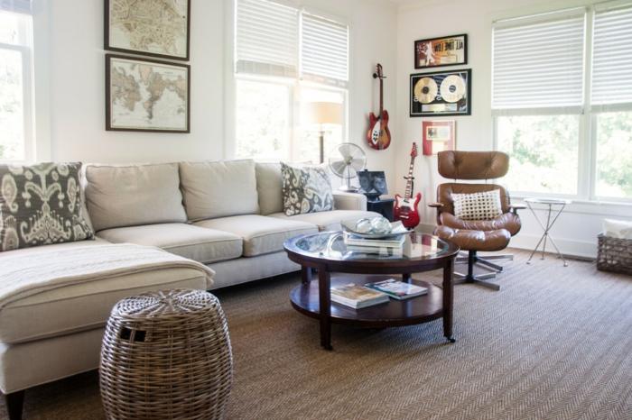 tapis-salon-rustique-canapé-d-angle-tabouret-rotin-fauteuil-cuire-guitare-sur-le-mur