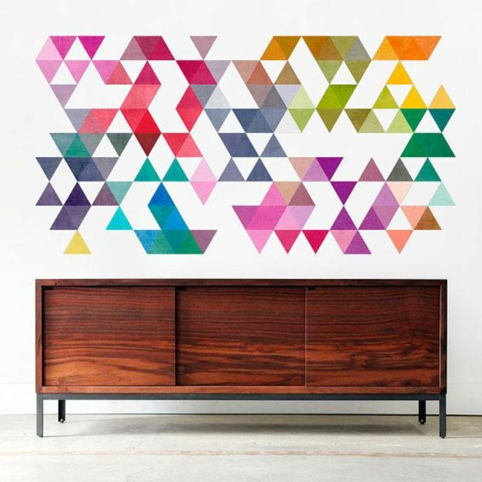 tapisserie-leroy-merlin-geometrique-coloré-pour-le-salon-moderne-avec-un-joli-commode-en-bois-basse