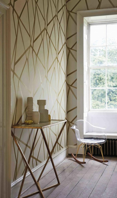 tapisserie-leroy-merlin-geometrique-de-couleur-beige-avec-une-chaise-transparente-blanche
