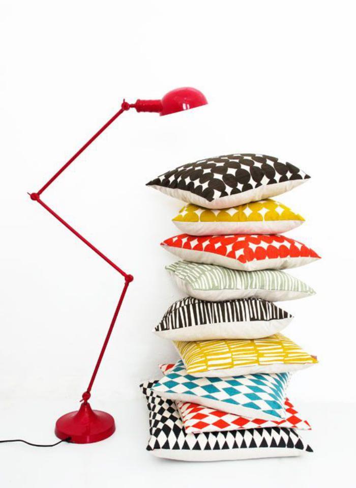 tissu-scandinave-coussins-décoratifs-et-lampe-jielde