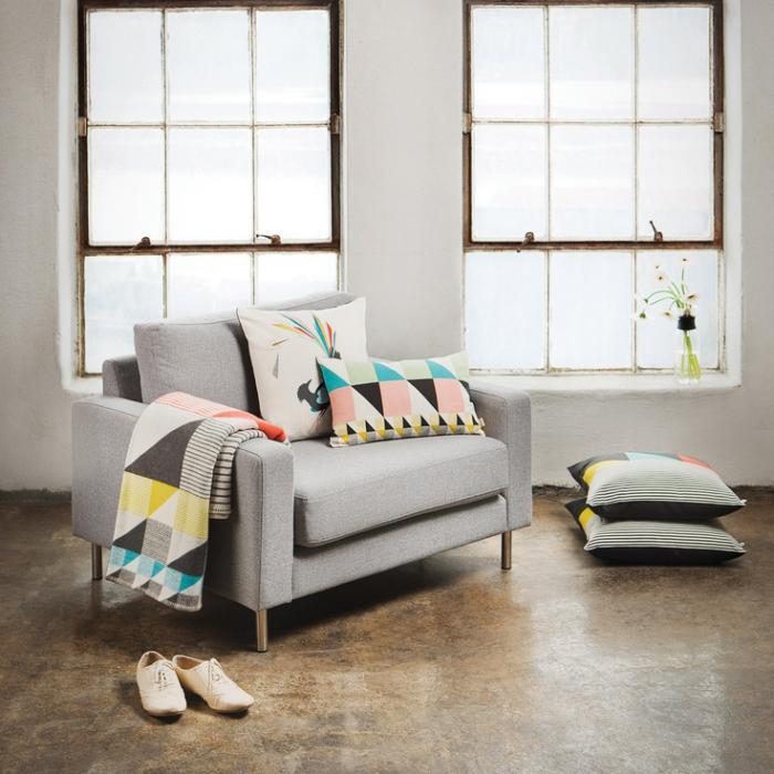 tissu-scandinave-coussins-et-couvertures-sur-un-sofa-gris