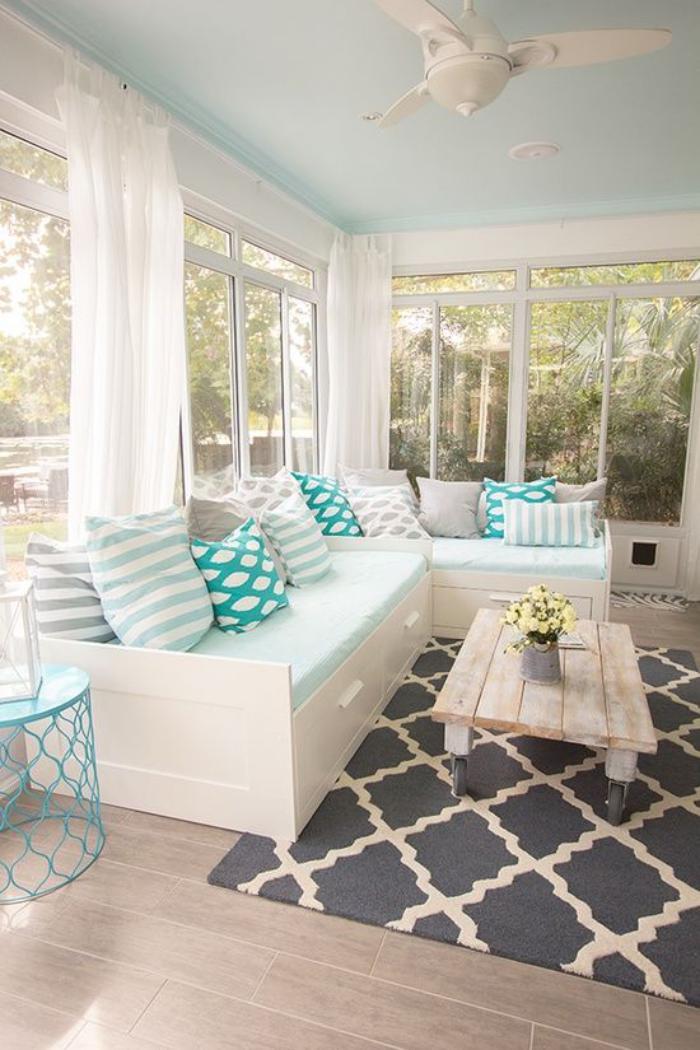 tissu-scandinave-jolie-salle-de-séjour-tapis-et-coussins-nordiques
