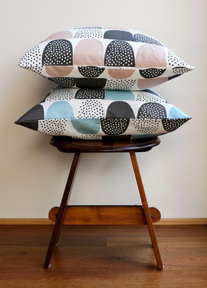 tissu-scandinave-jolis-motifs-graphiques-sur-des-coussins