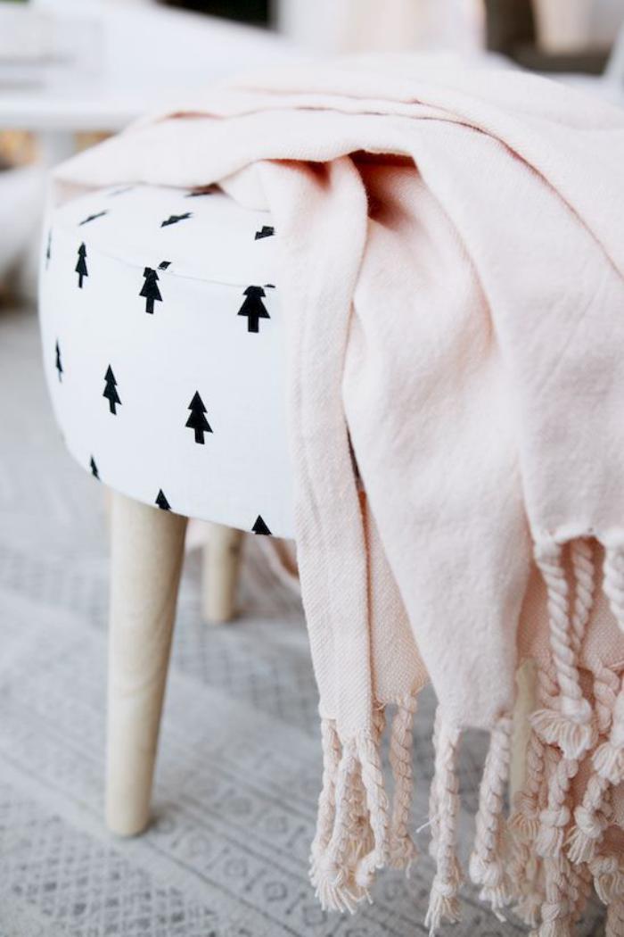 tissu-scandinave-tabouret-et-couverture-pastelles