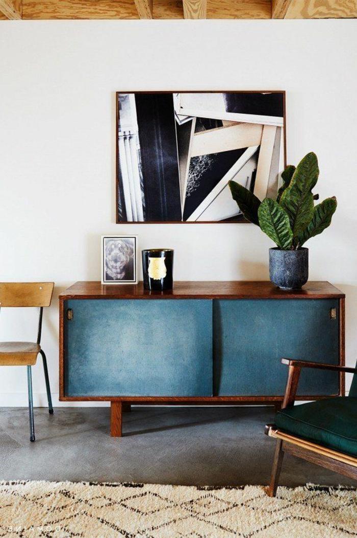un-joli-bahut-moderne-bleu-pour-le-salon-avec-mur-blanc-plante-verte-et-tapis-beige