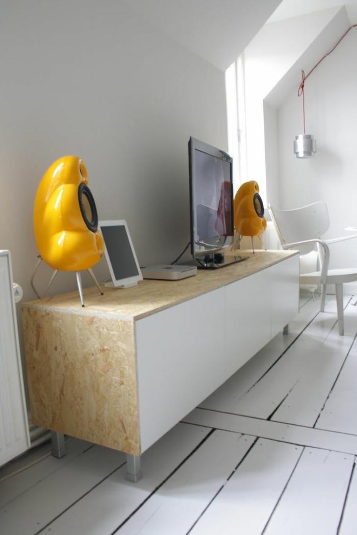 un-joli-bahut-pas-cher-dans-le-salon-moderne-avec-sol-en-planchers-blancs-meuble-tv