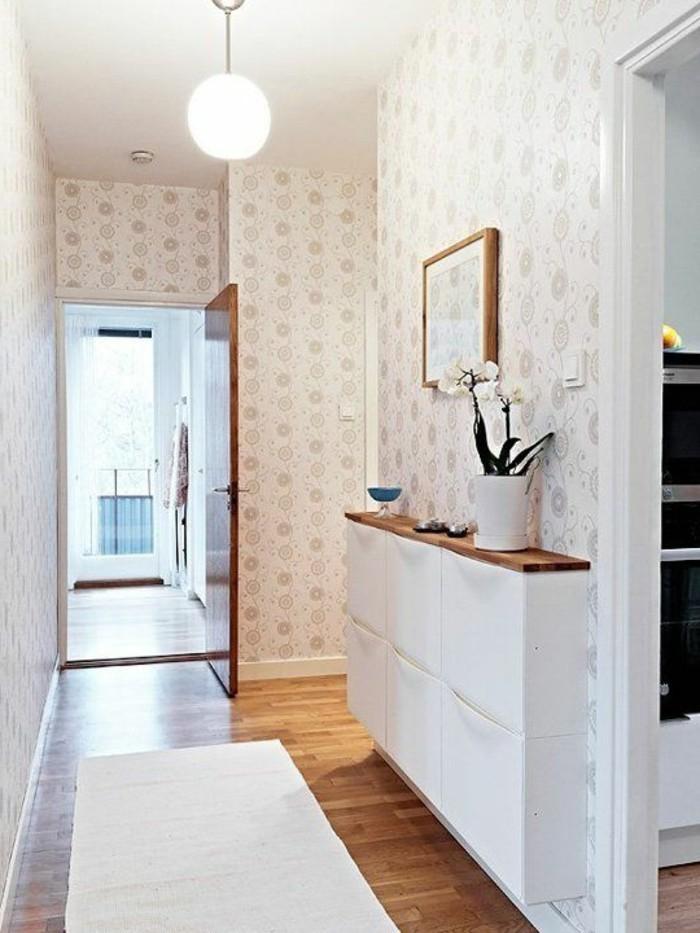 un-joli-couloir-avec-tapisserie-blanche-et-fleurs-sol-en-parquette-clair