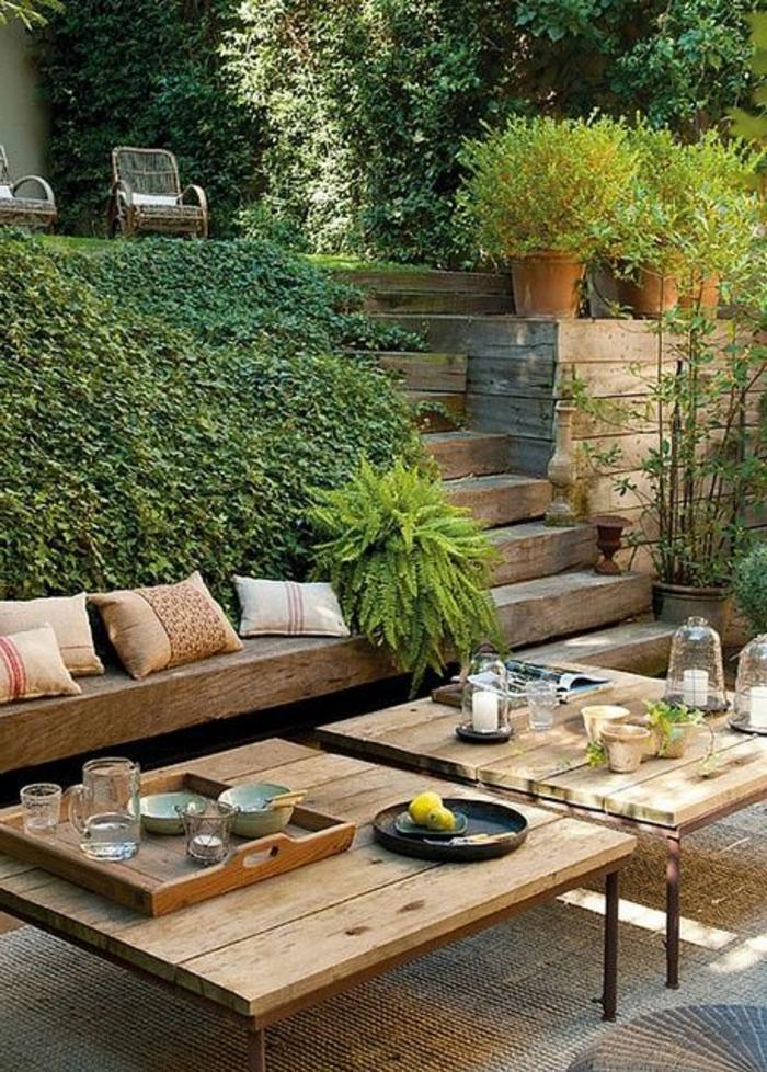 un-joli-cour-avec-meubles-de-jardin-en-bois-et-plantes-vertes-d-extérieur