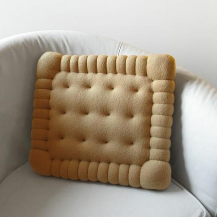 un-joli-coussin-beige-en-forme-de-biscuit-comment-decorer-le-canapé