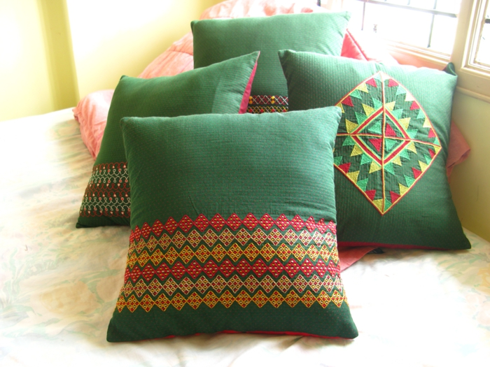 un-joli-housse-de-coussin-vert-coussins-décoratifs-modernes-dans-le-salon