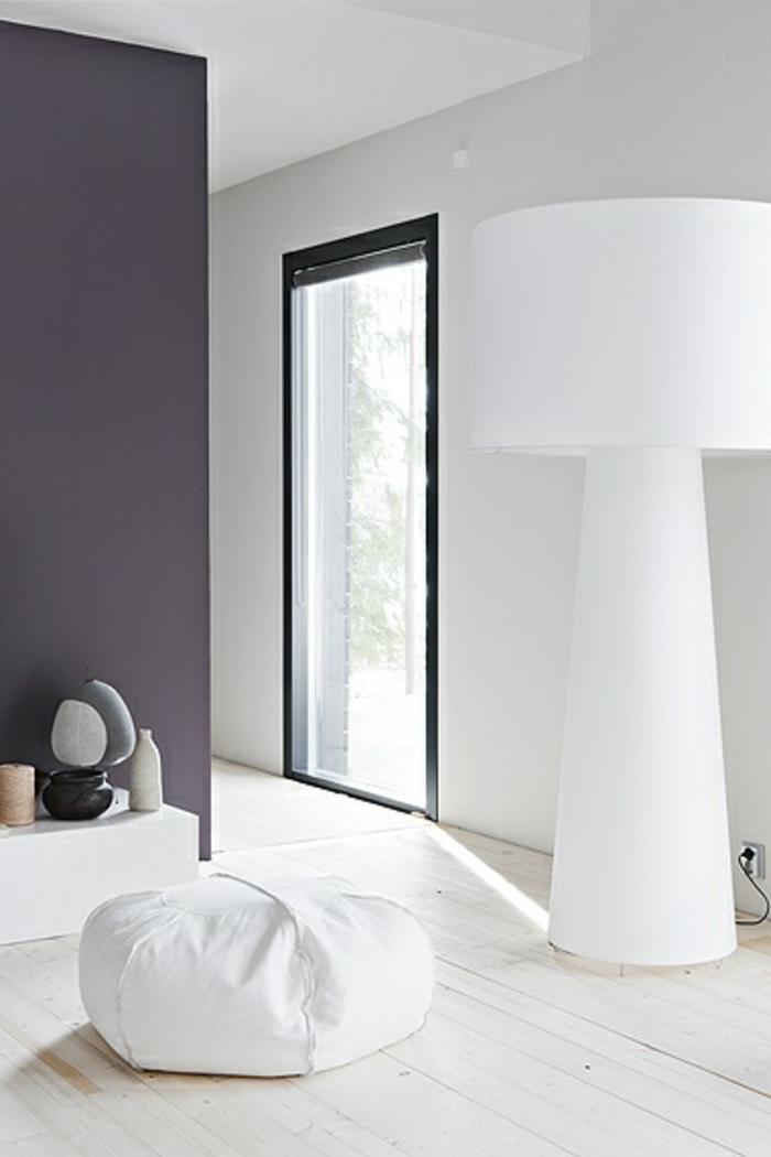 un-joli-intérieur-de-couleur-blanc-et-beige-foncé-sol-en-parquette-clair