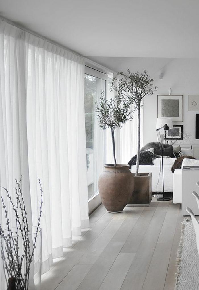 un-joli-salon-avec-rideau-voilage-blanc-pour-les-fenetres-avec-fleurs-d-intérieur-sol-en-parquette