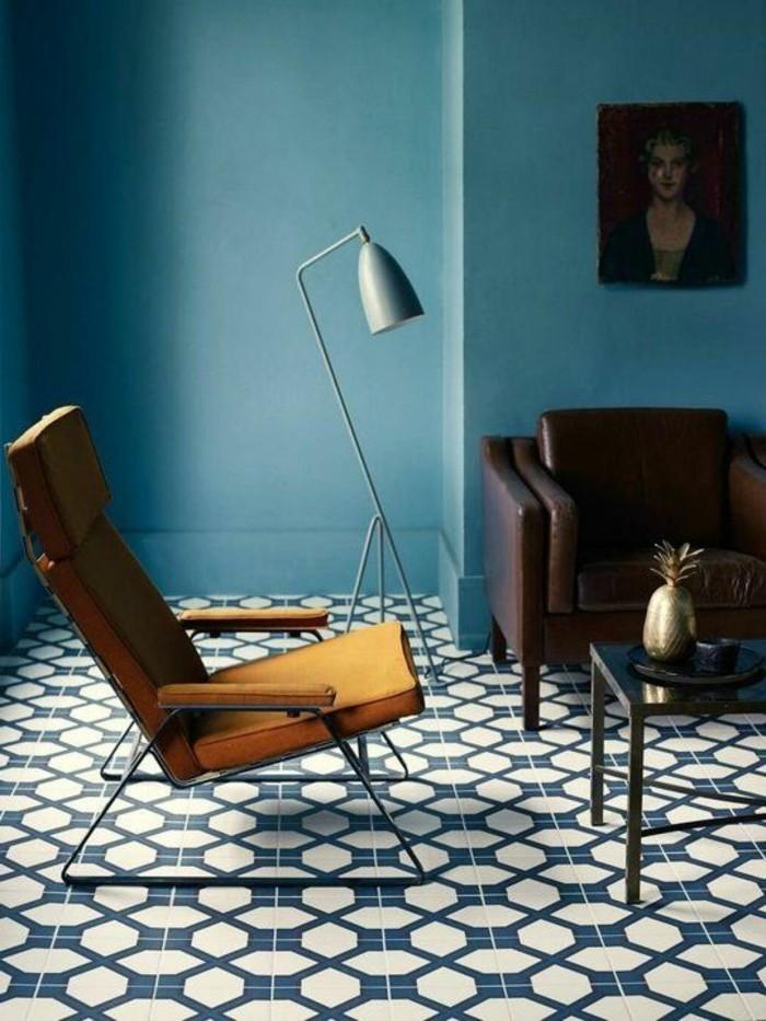 un-joli-salon-avec-sol-en-carrelage-et-murs-de-couleur-bleu-foncé