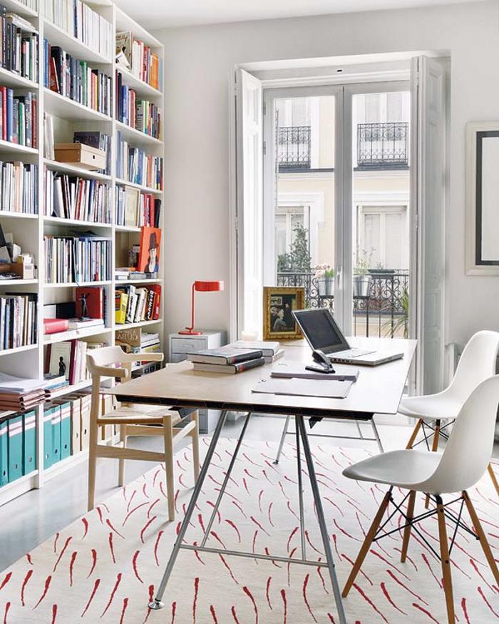 un-joli-salon-avec-tapis-blanc-et-design-scandinave-pas-cher-avec-grande-fenetre