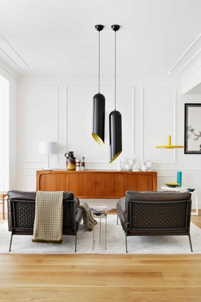 un-joli-salon-blanc-avec-bahut-mural-en-bois-murs-blancs-dans-le-salon-sol-en-parquette-clair