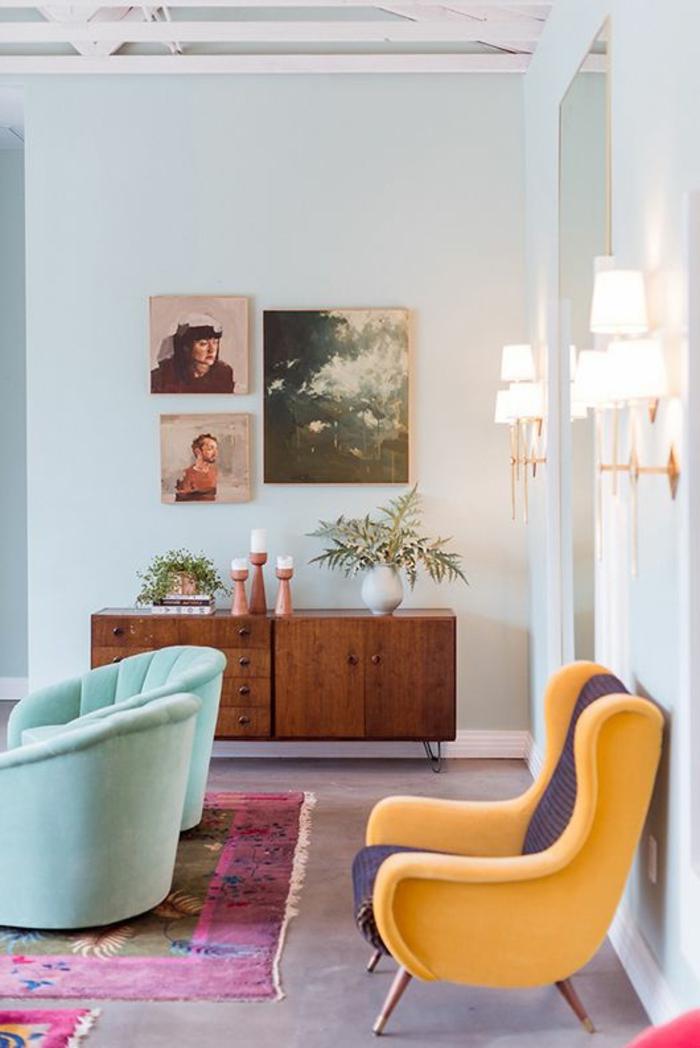 un-joli-salon-coloré-avec-un-bahut-pas-cher-en-bois-foncé-et-fleurs-tapis-coloré