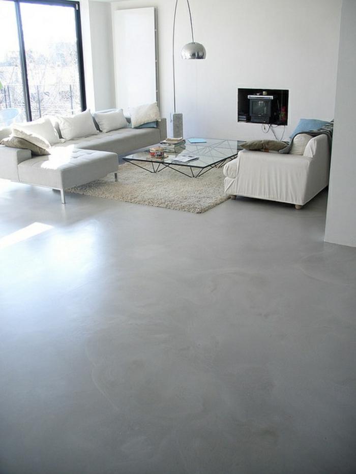 un-joli-salon-de-style-minimalist-tapis-blanc-leroy-merlin-beton-ciré-gris-murs-blancs