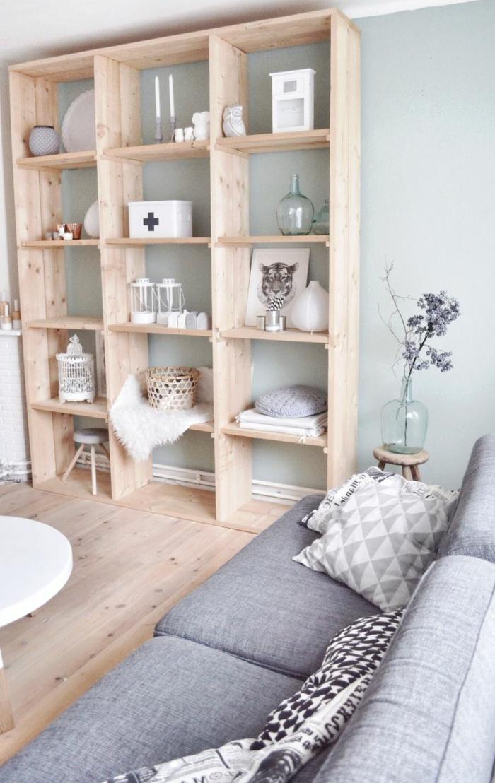 un-joli-salon-de-style-scandinave-ou-comment-choisir-son-parquet-pour-le-salon-avec-canapé-gris