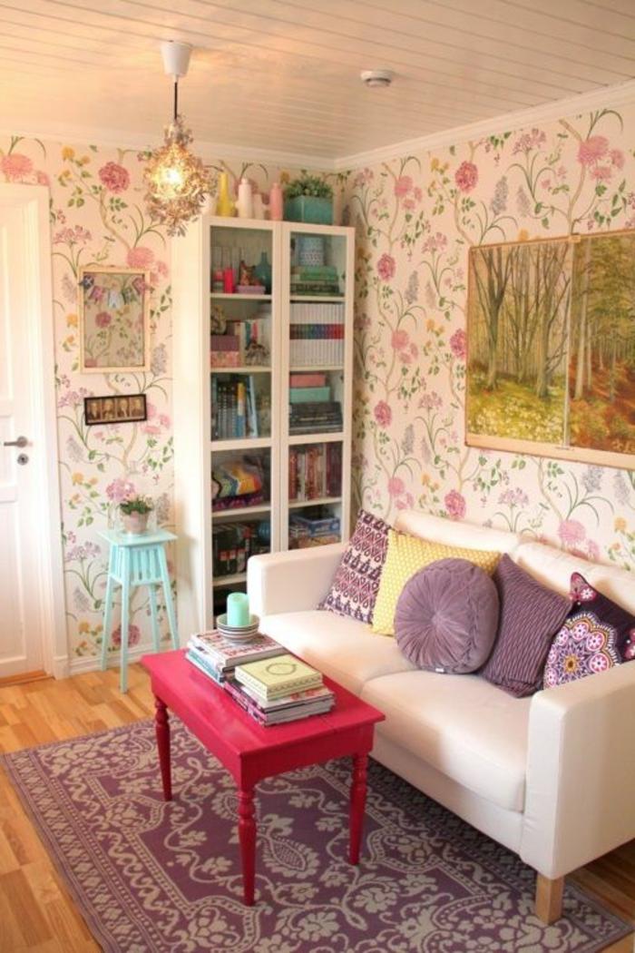 un-joli-salon-de-style-shabby-chic-tapis-violet-dans-le-salon-mur-coloré-canapé-beige