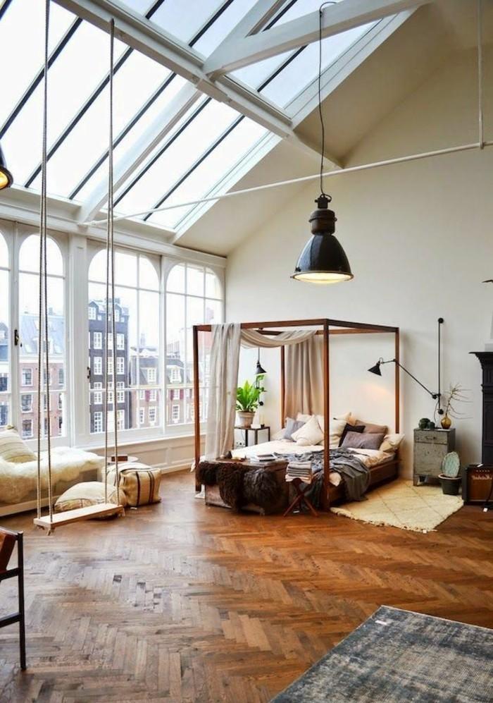 un-joli-salon-sous-pente-avec-plafond-en-fenetres-et-sol-en-parquette-massif-pour-le-salon-desprit-loft