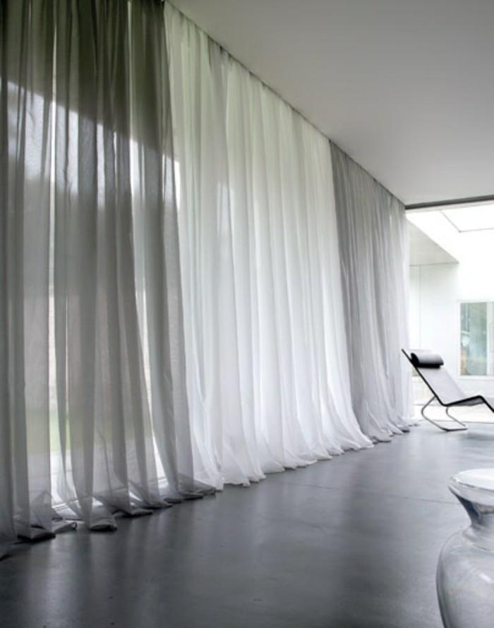 un-joli-voilage-au-metre-de-couleur-blanc-et-gris-dans-la-salle-de-sejour