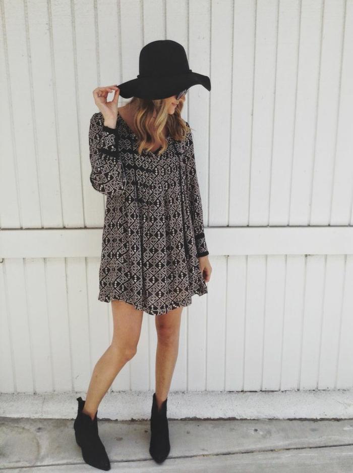 une-capeline-femme-grand-chapeau-femme-tenue-accessoires-mur-panneau
