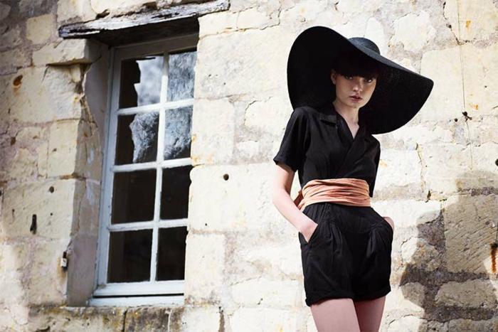 une-capeline-femme-grand-chapeau-femme-tenue-accessoires-mur