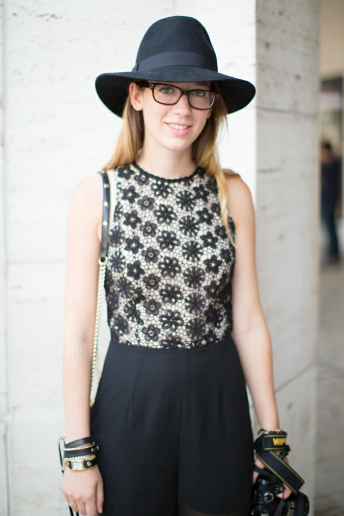 une-capeline-femme-grand-chapeau-femme-tenue-accessoires-robe