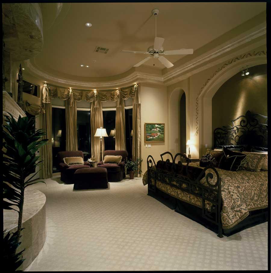 une-chambre-à-coucher-bien-aménagée-lit-adulte-160x200-lit-en-fer