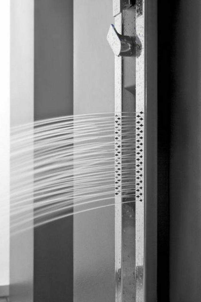 une-colonne-de-douche-hydromassante-dans-la-salle-de-bain-noire-colonne-de-duche-silver