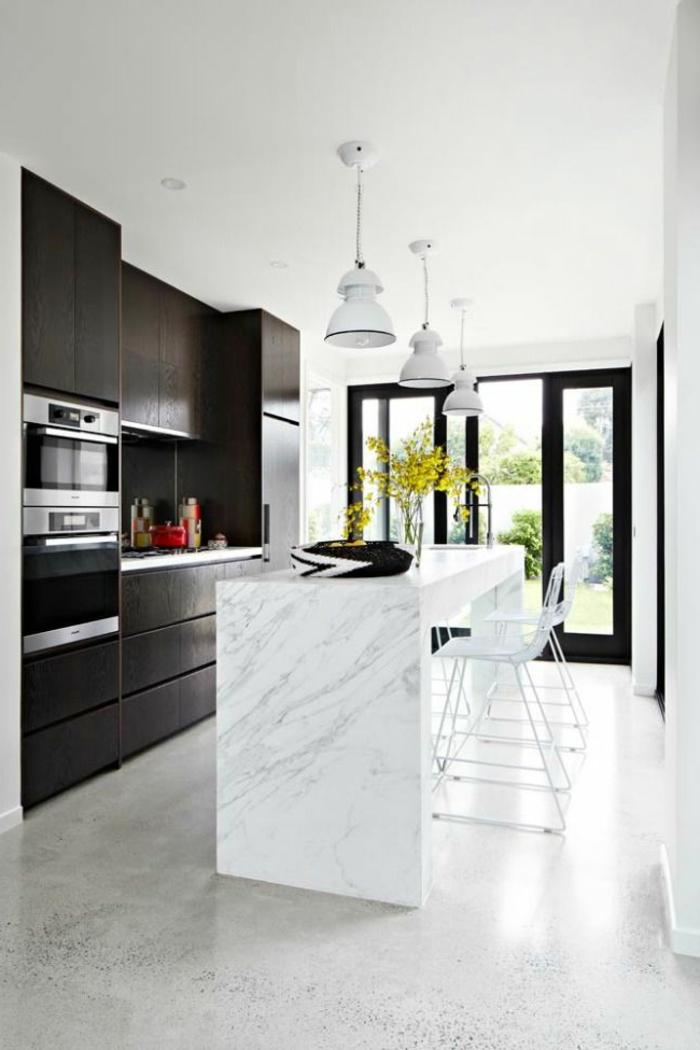 une-cuisine-moderne-avec-sol-en-béton-ciré-beige-et-grandes-fenetres-plafond-blanc-ilot-de-cuisine-en-marbre