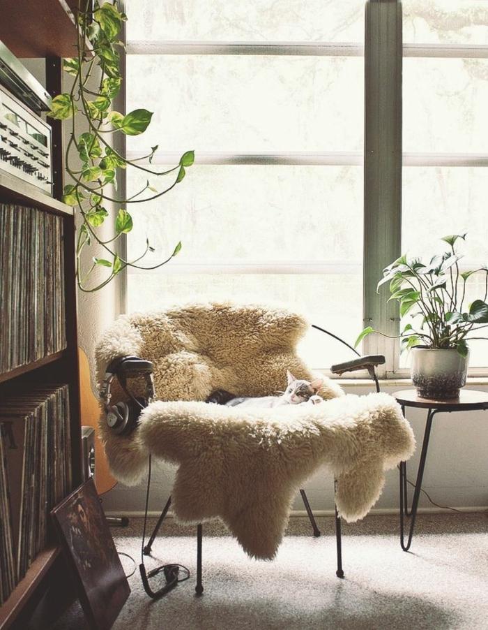 une-jolie-chaise-de-lecture-dans-le-salon-avec-beaucoup-de-plantes-vertes