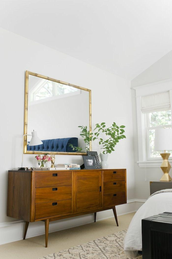une-jolie-chambre-à-coucher-avec-meuble-en-bambou-et-tapis-beige-sur-le-sol