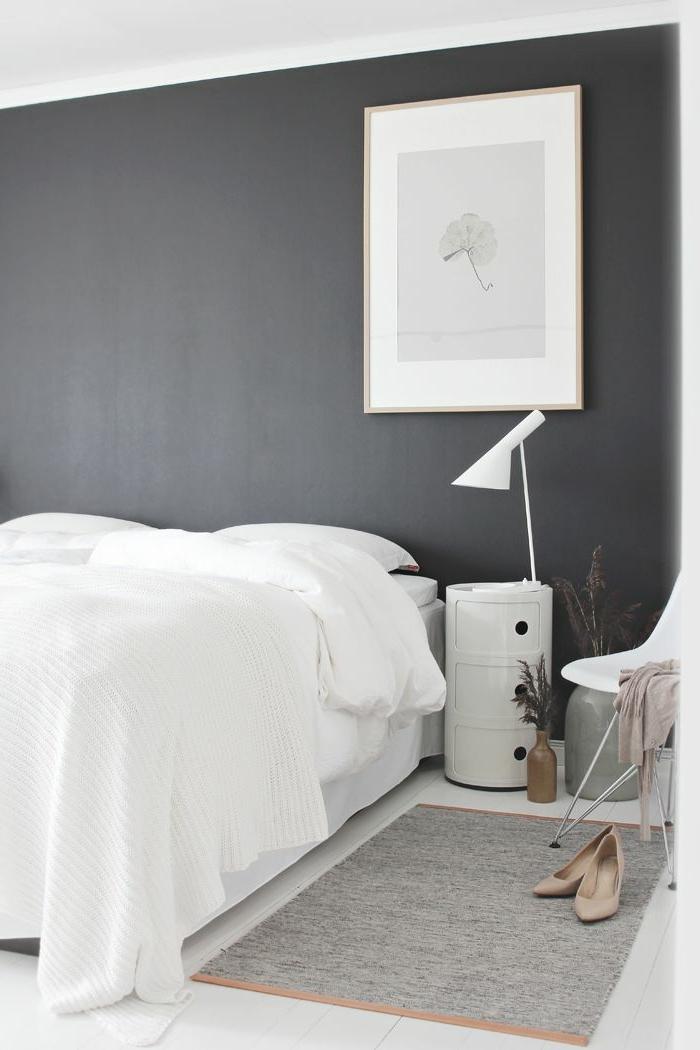 une-jolie-chambre-à-coucher-avec-murs-gris-et-peinture-luxens-gris
