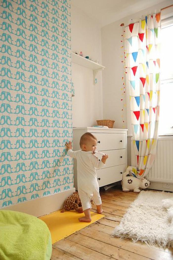une-jolie-chambre-bebe-avec-rideau-enfant-pas-cher-colorés-et-sol-en-parquette-en-bois-clair