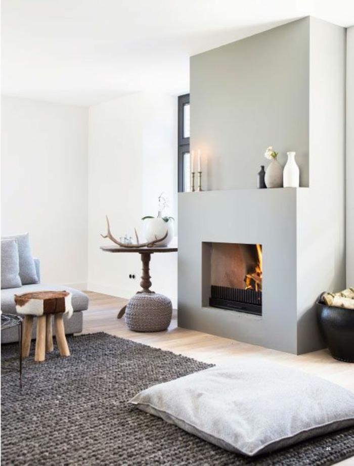 une-jolie-chambre-de-séjour-avec-tapis-sandinave-gris-et-murs-bleus-clairs