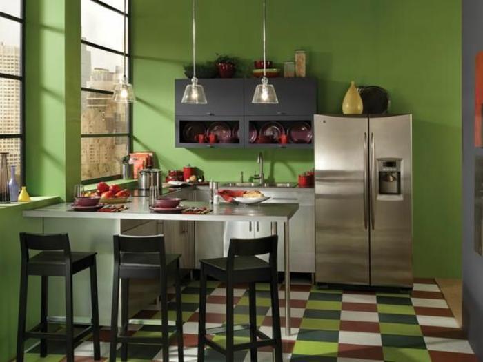 une-jolie-cuisine-avec-murs-verts-carrelage-coloré-et-meubles-de-cuisine-pas-cher