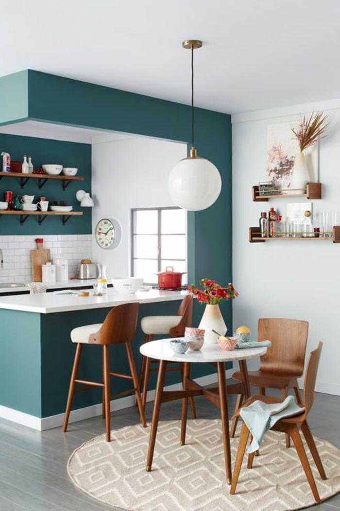 une-jolie-cuisine-bien-aménagée-avec-meubles-en-bois-foncé-et-murs-blancs