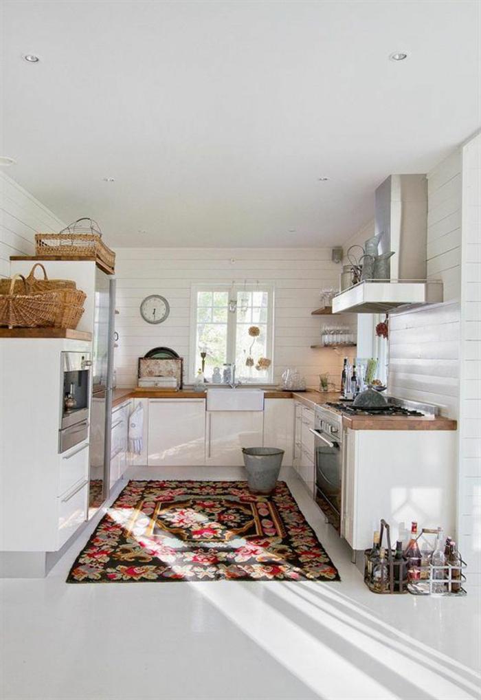 une-jolie-cuisine-blanche-deco-nordique-avec-meuble-suedois-et-tapis-scandinave-coloré