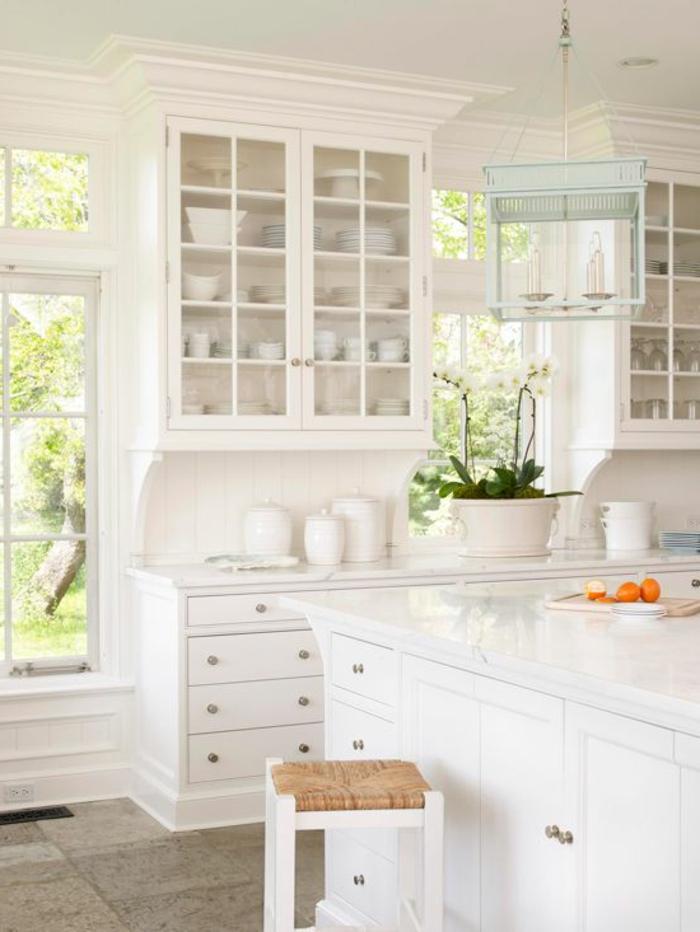 une-jolie-cuisine-blanche-laquéе-avec-meubles-blancs-et-chaise-de-cuisine-fenetres-grandes