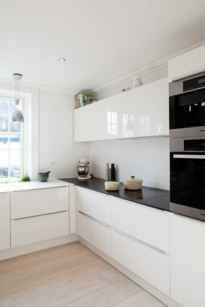 une-jolie-cuisine-blanche-laquée-sol-en-parquette-clair-meubles-blanches-laquées