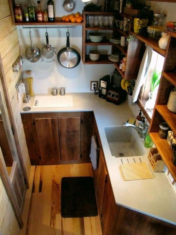 une-jolie-cuisine-de-petites-dimensions-et-meubles-en-bois-massif