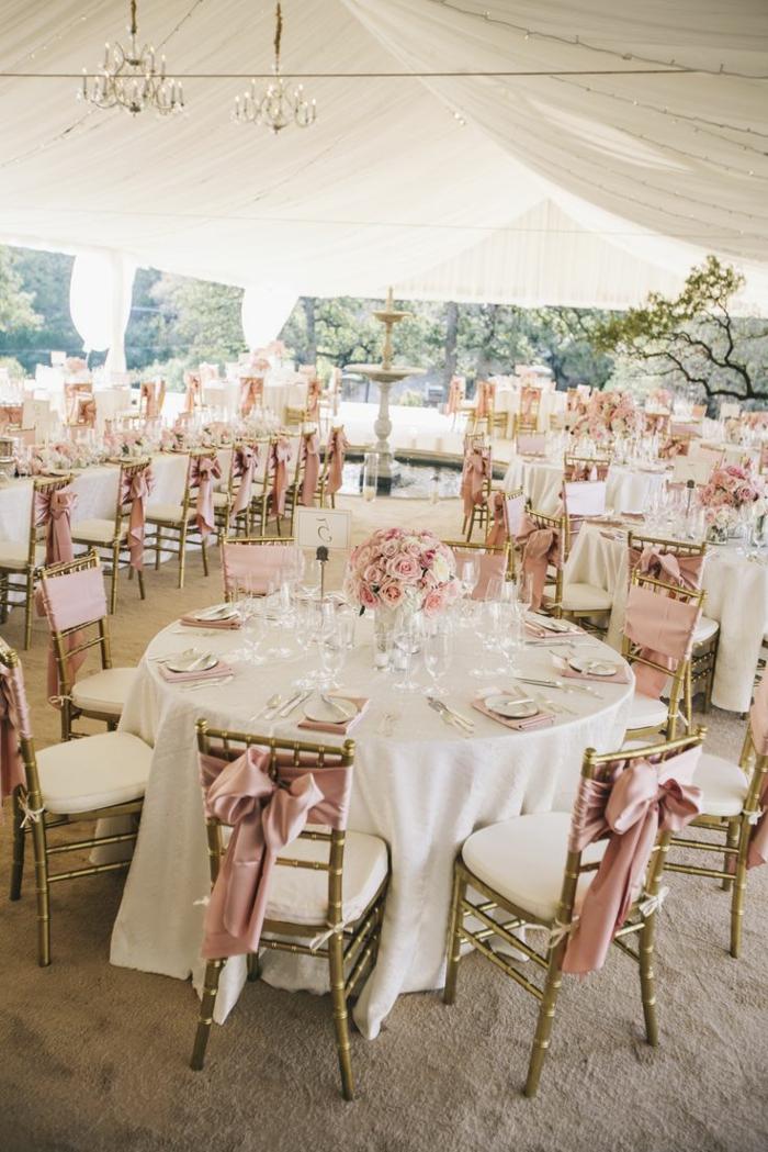 une-jolie-decoration-pour-mariage-pas-cher-avec-hausse-de-chaise-pour-mariage-avec-ruban-rose