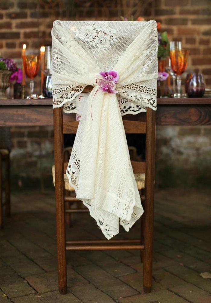 une-jolie-decoration-pour-mariage-pas-cher-avec-hausse-de-chaise-pour-mariage-avec-voilage-blanc