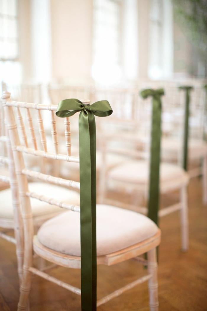 une-jolie-et-simple-decoration-pour-les-chaises-de-mariage-avec-un-ruban-vert