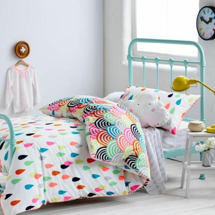 une-jolie-housse-de-couette-coloré-dans-la-chambre-à-coucher-d-enfant-avec-lit-enfant-en-fer