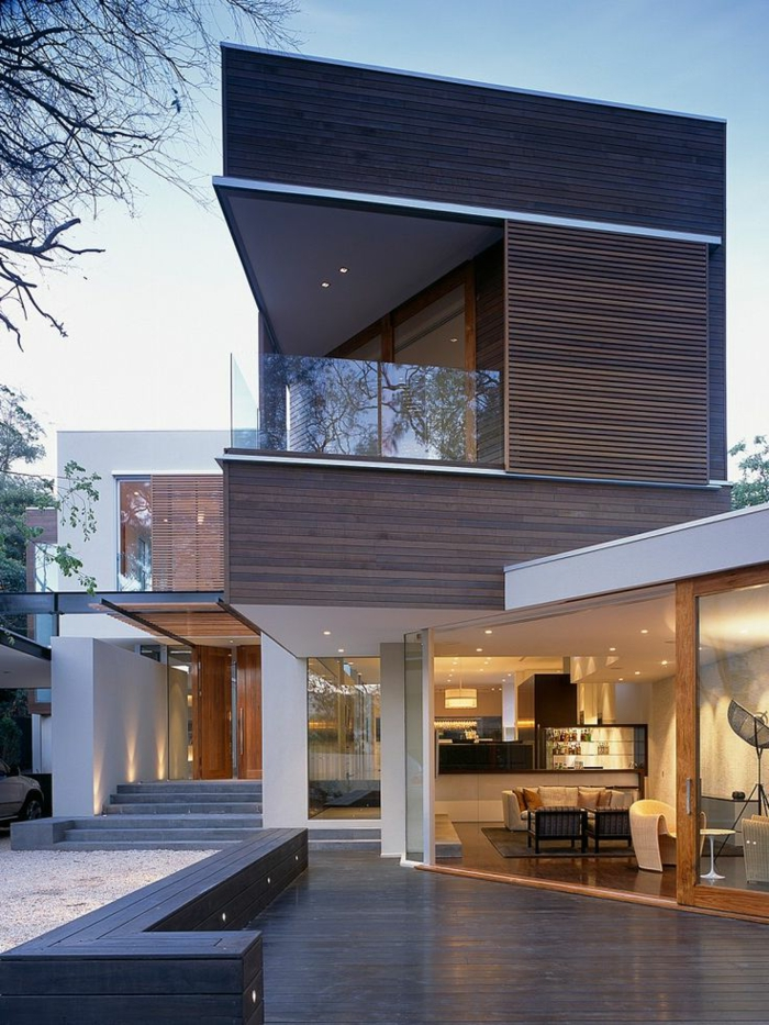 une-jolie-maison-triangle-de-luxe-avec-extérieur-de-luxe-et-planchers-marron-foncé