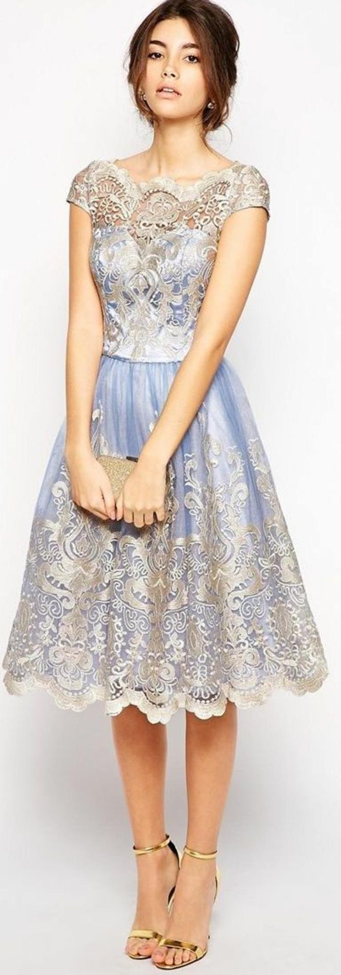 une-jolie-robe-dentelle-bleu-beige-en-dentelle-avec-robe-de-soirée-courte