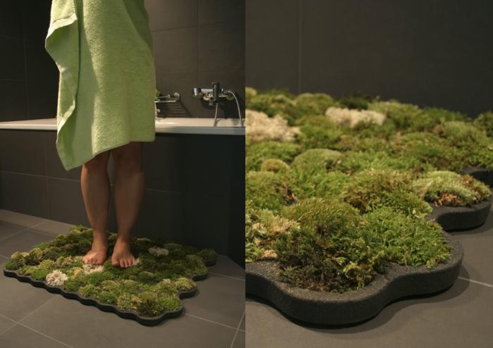 une-jolie-salle-de-bain-avec-carrelage-gris-et-tapis-de-salle-de-bain-immitant-une-pelouse